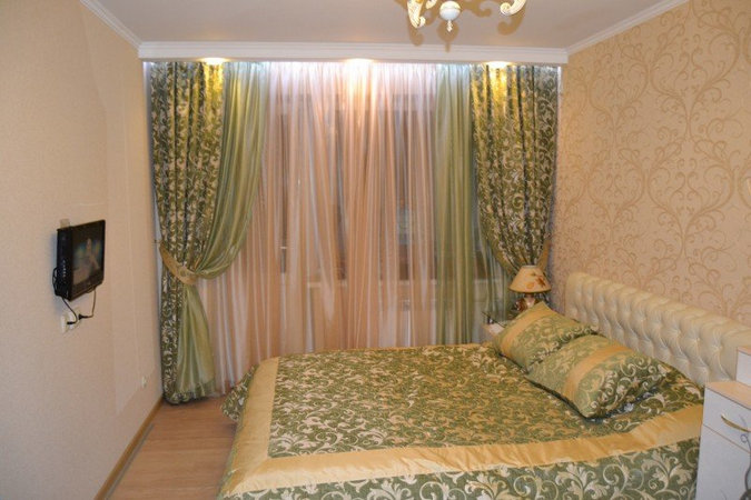 green curtains under peach wallpaper