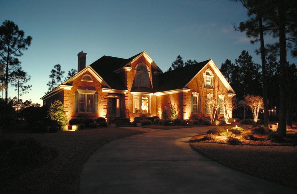 хорошее средство подсветка загородного дома фото создает