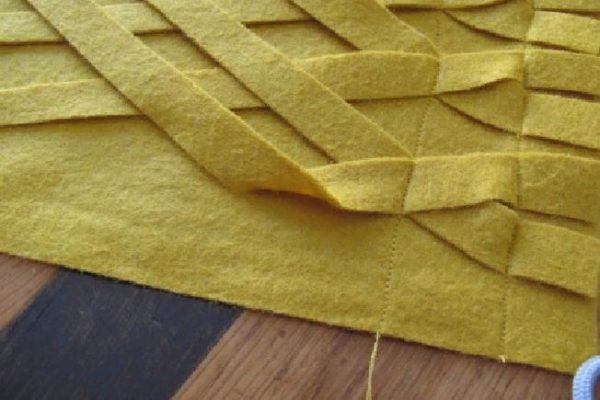 Для того, чтобы линии получились равномерными, рекомендуется сделать на ткани разметку с помощью текстильного маркера. По завершению работы его можно будет смыть влажной тряпочкой