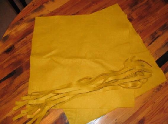 Вырезаем детали для будущей подушки из плотного материала